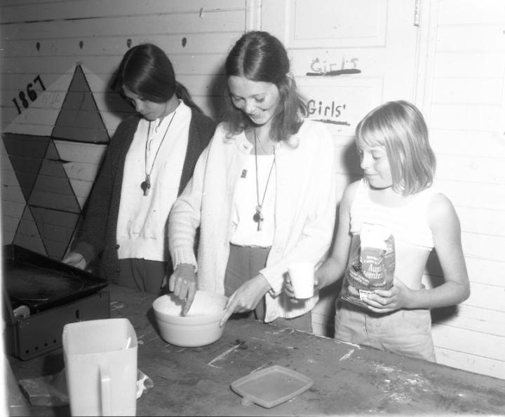 PADH 6992 - Playground breakfast - Aug 11 1970 006